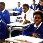 Jovens negros estudantes uniformizados em sala de aula