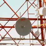Torre, antenas e equipamentos eletrônicas